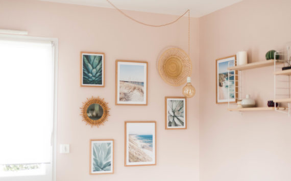 Notre salon en bois, blanc et rose !